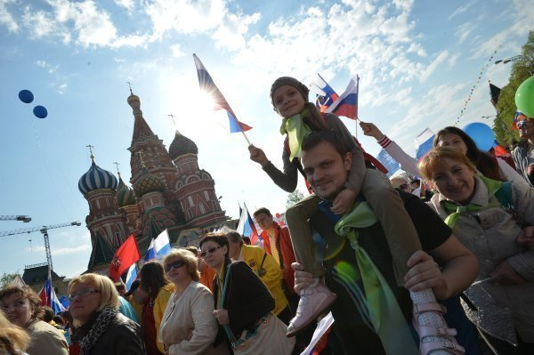 A Moscou la manifestation du 1er Mai se déroule pour la première fois depuis 1991 sur la place Rouge. Sur la photo : Les participants à la manifestation des syndicats sur la place Rouge à Moscou.