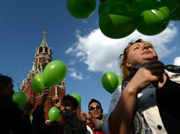 Les participants à la manifestation du 1er Mai sur la place Rouge à Moscou.