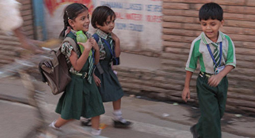 Pour sauver l'économie indienne, une écolière propose son argent de poche