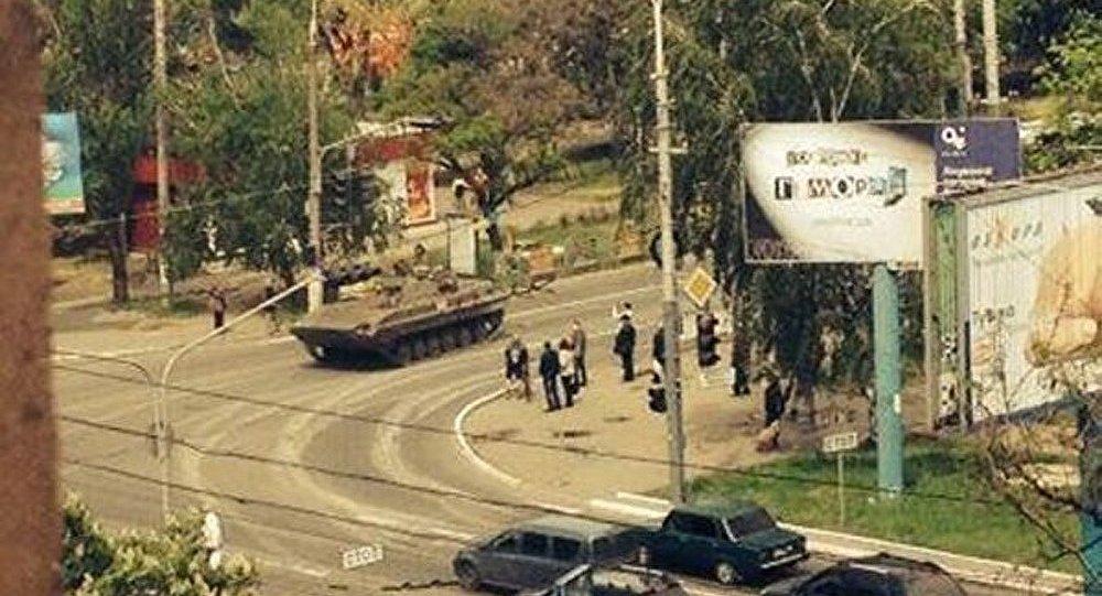 Ukraine : les blindés de l'armée entrent dans Marioupol