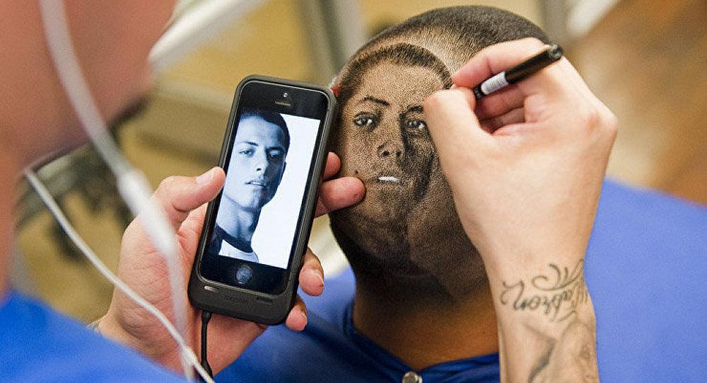 Un coiffeur crée des portraits de stars de football sur les têtes de leurs supporters