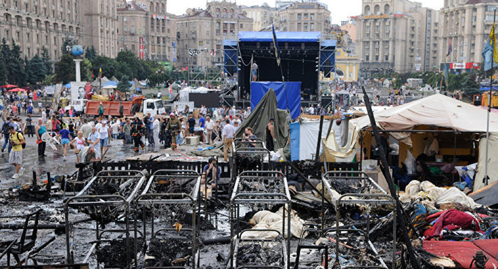 Kiev : des dizaines de pièces d'équipement continuent à déblayer le Maïdan