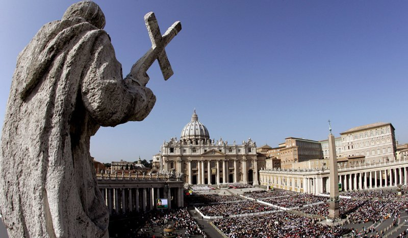 Alors que le monde se perd en conjectures sur l'identité du nouveau souverain pontife, nous vous suggérons de visiter l'un des plus petits et des plus célèbres Etats du monde, le Vatican.
