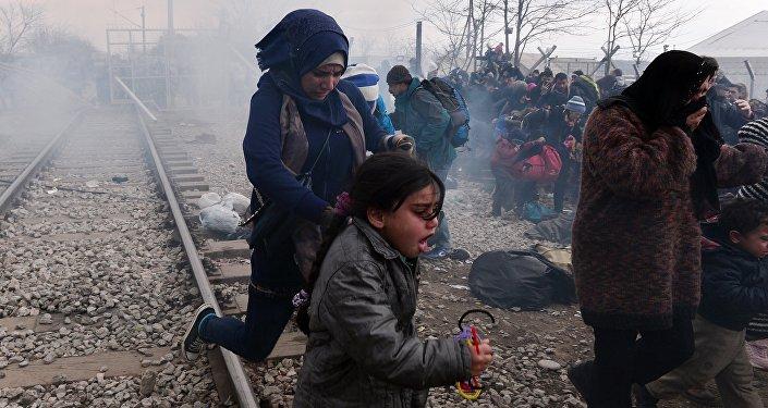 Grèce: la police macédonienne tire des gaz lacrymogènes contre des migrants