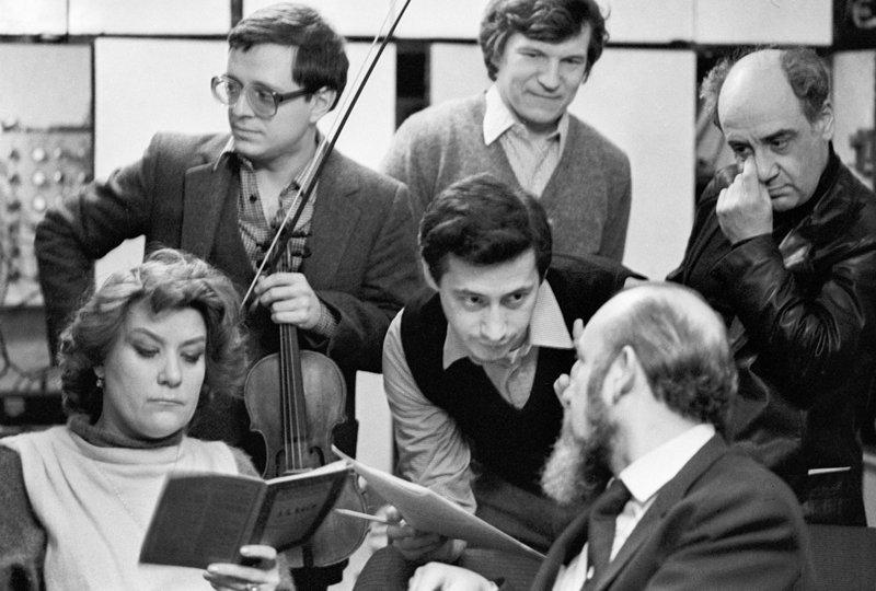 Vladimir Spivakov est né en 1944 à Oufa, où ses parents ont été déplacés lors de la guerre. Après la guerre, les Spivakov sont revenus à Léningrad. En 1955, Vladimir est entré à l'école spéciale de musique auprès du conservatoire de Léningrad. Sur la photo : Vladimir Spivakov et la cantatrice Elena Obraztsova lors d'une répétition.