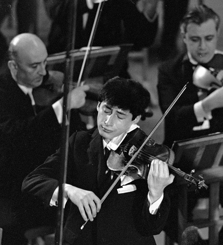 Depuis 1997, Spivakov joue avec un violon construit par Antonio Stradivari. Cet instrument lui a été remis en jouissance viagère par des admirateurs.