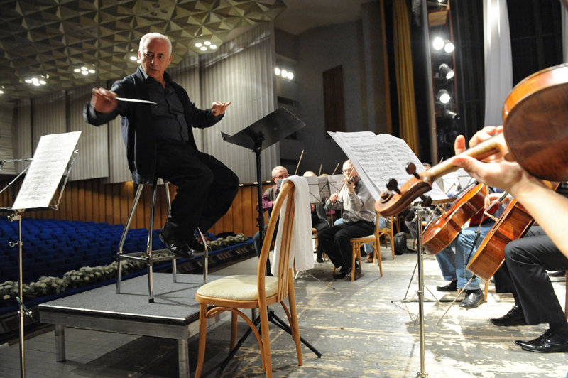 En 1984, le compositeur, pianiste et chef d'orchestre américain Leonard Bernstein lui a offert son baguette.