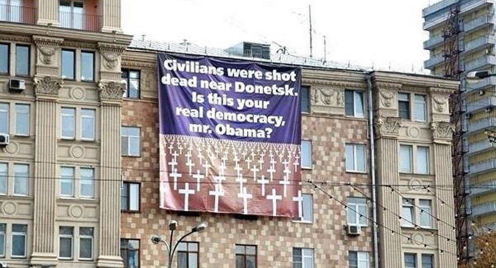 Moscou: des étudiants accrochent une bannière avec des croix devant l'Ambassade des USA