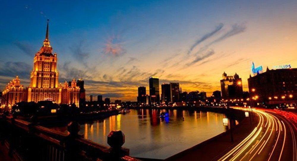 Les gratte-ciel de Moscou. L'hôtel « Ukraine »