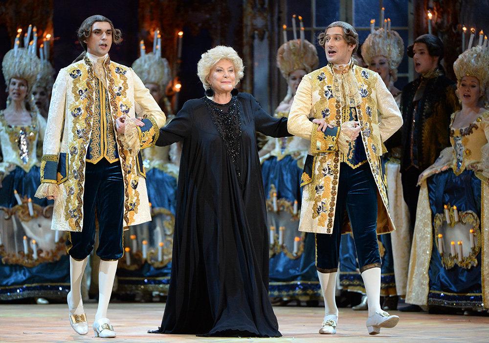 Elena Obraztsova s'est produite dans les plus grands théâtres lyriques du monde, dont l'Opéra de Marseille, le Gran Teatre del Liceu de Barcelone, l'Opéra national de Vienne, l'Opéra de San Francisco, La Scala de Milan, le Metropolitan Opera, l'Opéra national de Washington, le Royal Opera House de Londres, le Teatro Colón de Buenos Aires.