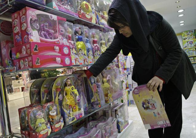 Une Iranienne dans une boutique des poupées
