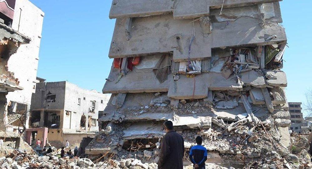 Les ruines d'un immeuble à Cizre