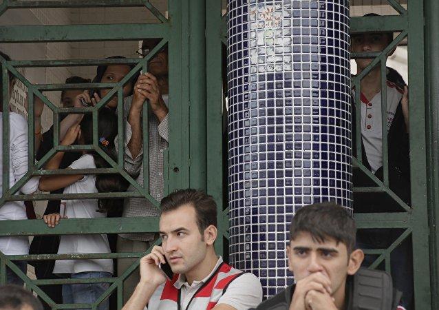 Migrants attendent à l'arrêt de bus à Istanbul