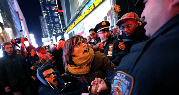 La police de New York disperse un rassemblement de protestation contre le refus du grand jury de mettre en examen un officier de police impliqué dans la mort d'Eric Garner