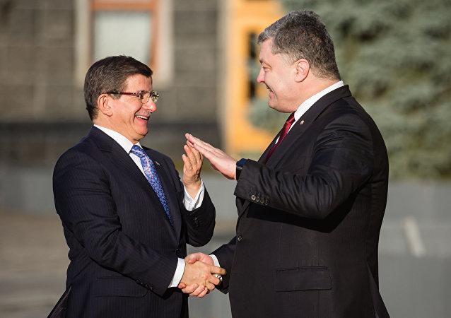 Le premier ministre turc Ahmet Davutoglu et le président ukrainien Piotr Porochenko
