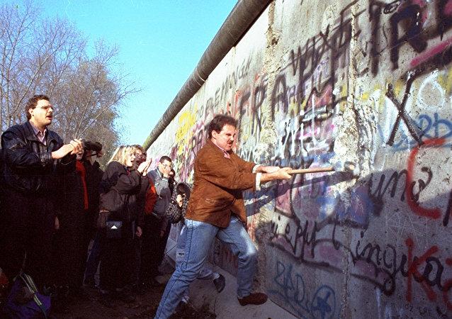Le mur de Berlin attaqué