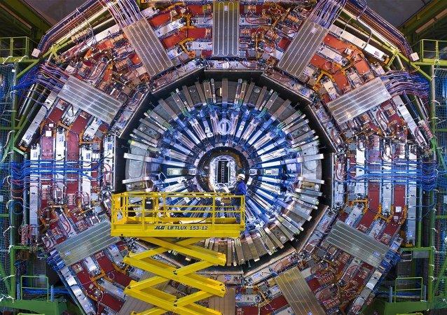 Les scientifiques travaillant avec le Grand collisionneur de hadrons [LHC] sont optimistes d'une nouvelle percée dans la physique des particules