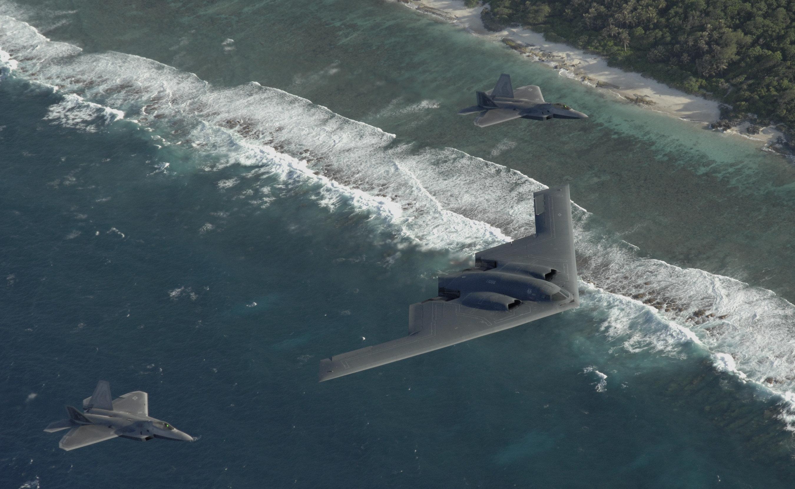 Deux F-22 Raptor et B-2 Spirit à la Andersen Air Force Base