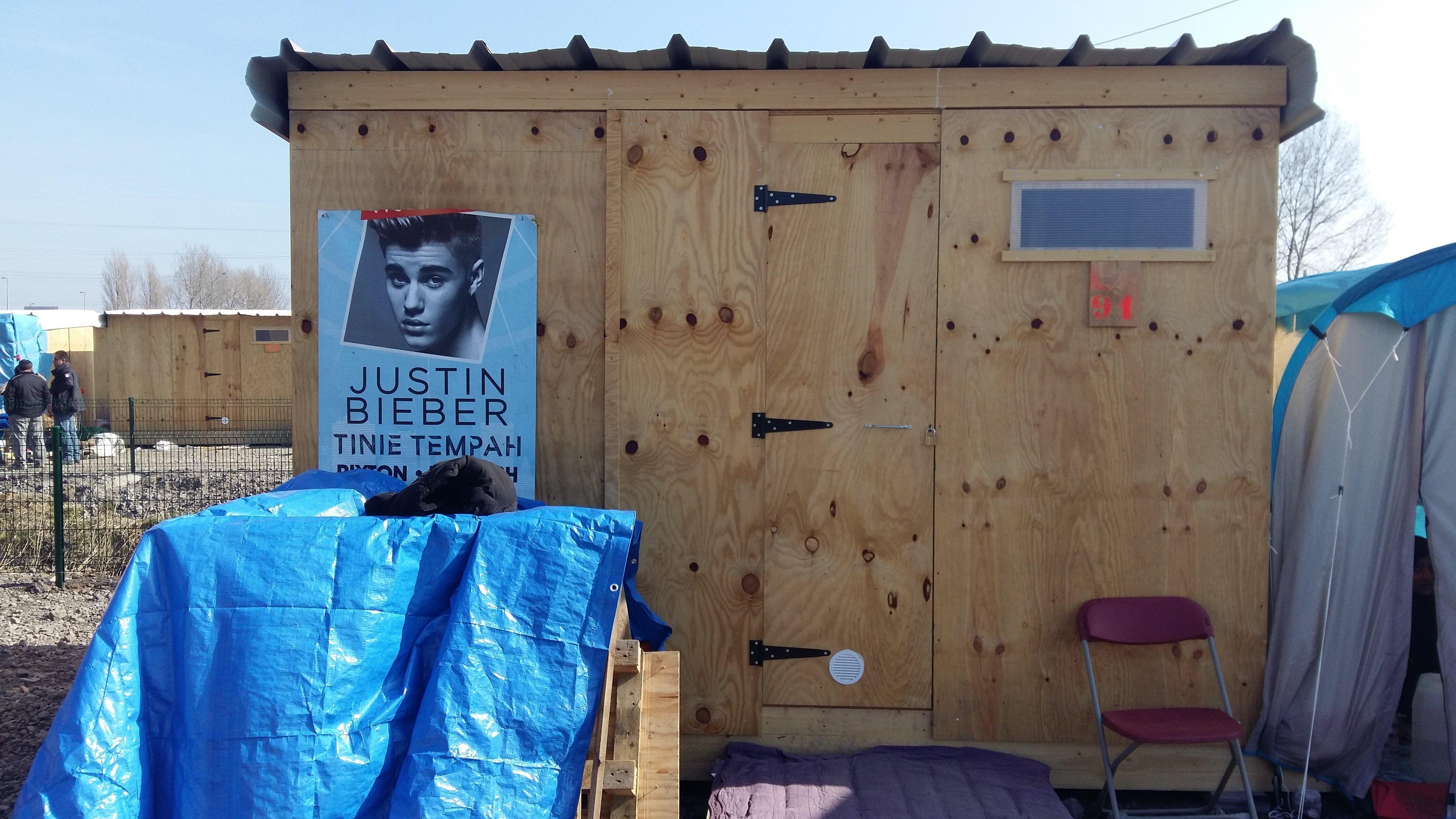 Justin aussi a quitté la boue pour le soleil,  avec son admirateur  qui  tient à rester secret.