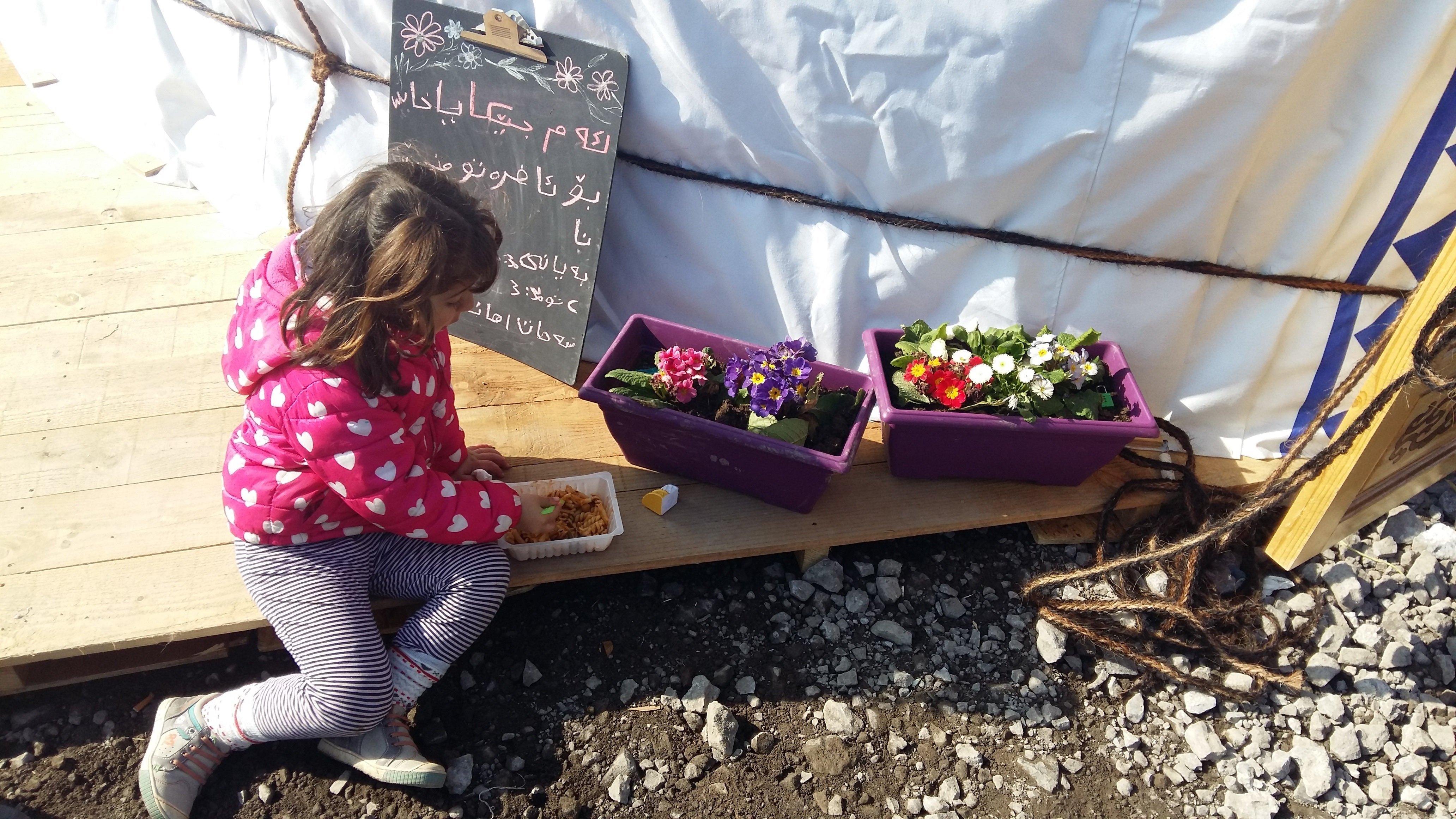 Déjeuner au pied d'une yourte, future école en construction. L'association SALAM, très investie sur le site, offre repas et vêtements.