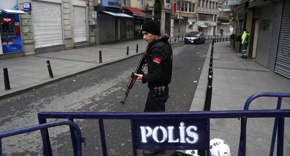 Un policier turc sur les lieux de l'explosion à Istanbul
