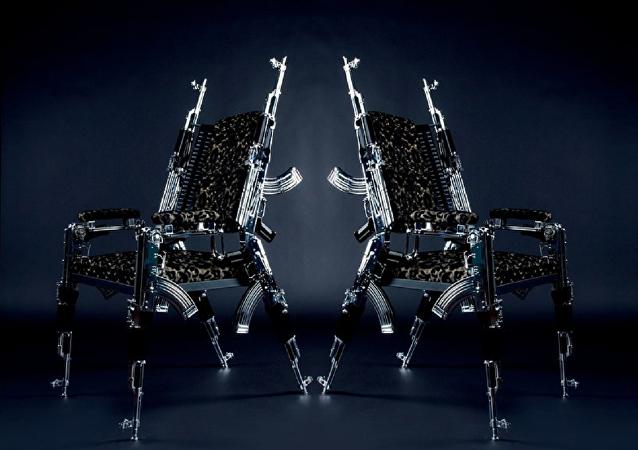 Art de Kalachnikov: de chics chaises fabriquées à partir d'AK-47