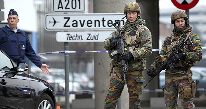 Des soldats belges contrôlent les abords de l'aéroport de Bruxelles le 22 mars 2016
