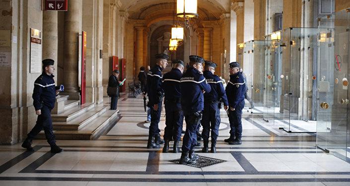 Police dans le hall du Palais de Justice