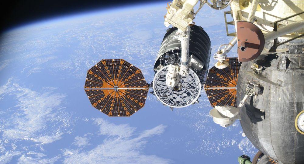 L'arrimage du cargo Cygnus à l'ISS