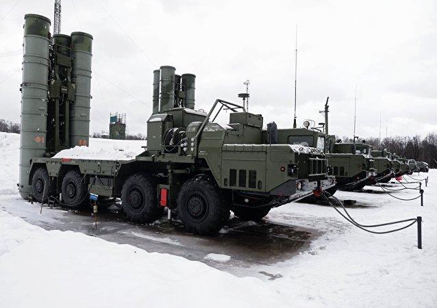 Des systèmes de missiles sol-air S-400 Triumph