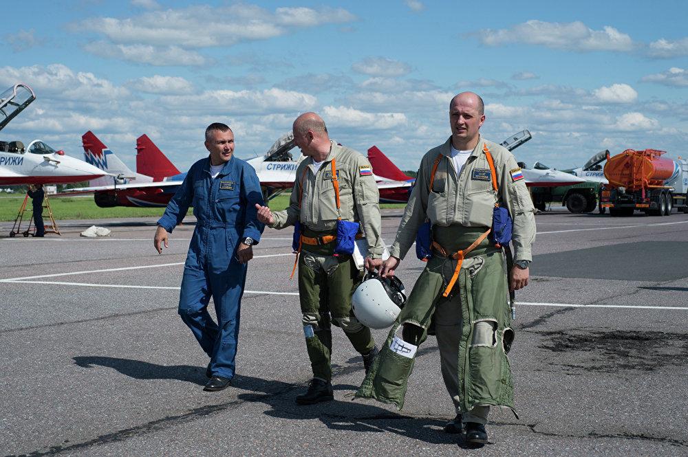 Летчики Стрижи и Русские Витязи, подполковник С. Осяйкин, полковник А.Алексеев, подполковник О.Ерофеев после тренировочного полета