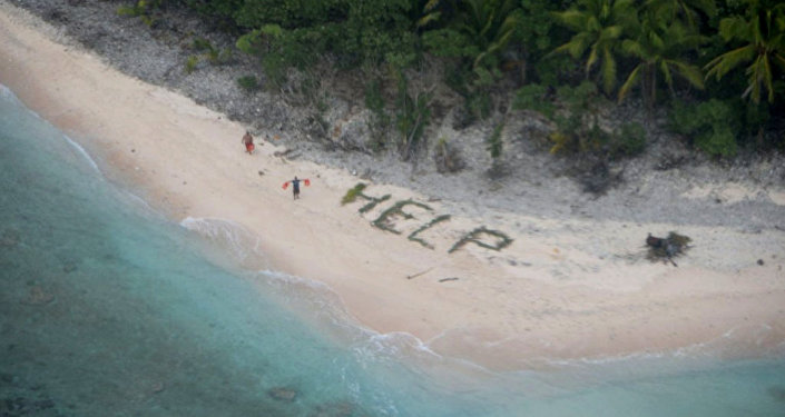 Des marins sauvés grâce au mot Help écrit sur le sable