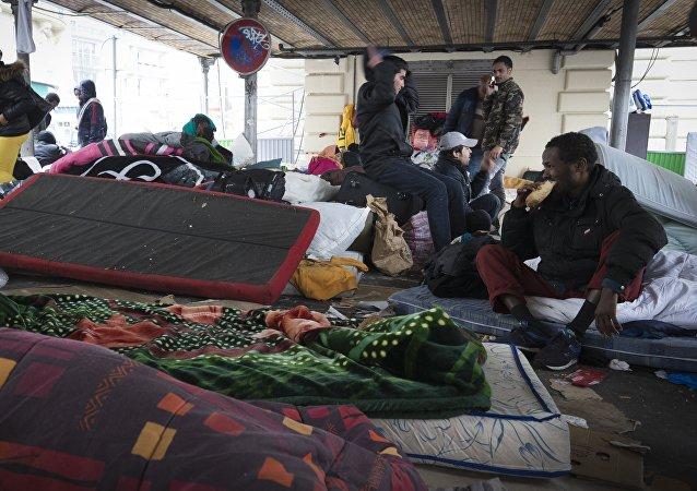 Situation dans le campement de réfugiés établi sous le métro aérien à la station Stalingrad