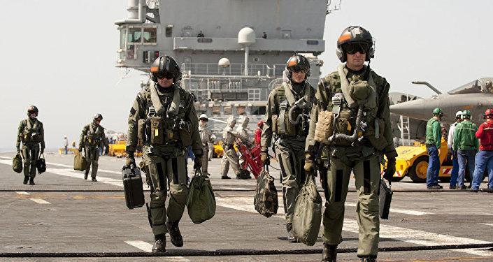 Des pilotes  à bord d'un porte-avions