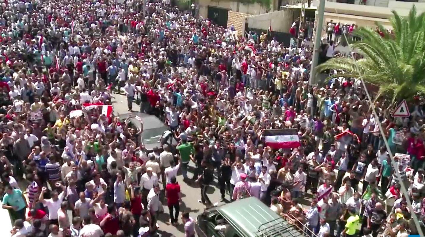 28 mai 2014 - réfugiés syriens attendant de voter devant leur ambassade à Beyrouth