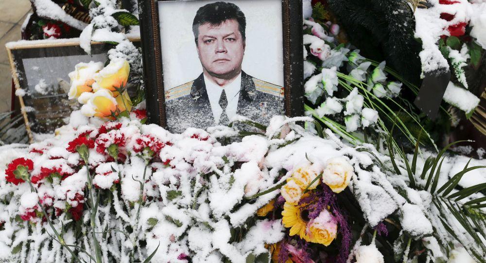 Цветы на фоне портрета погибшего летчика Олега Пешкова во время его похорон в Липецке