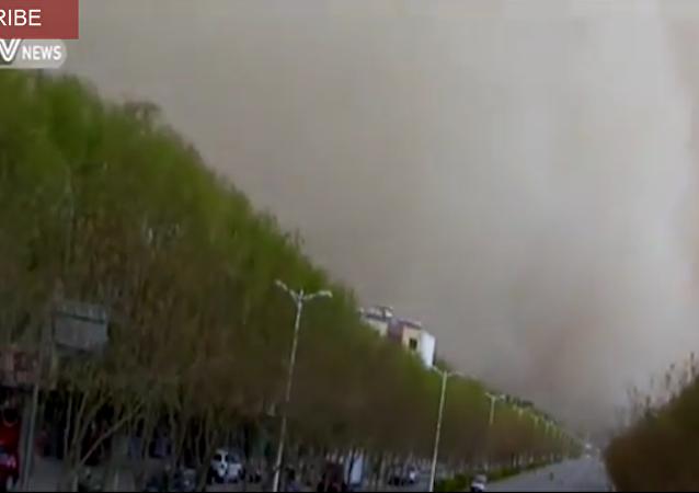 Une tempête de poussière s'abat sur une ville