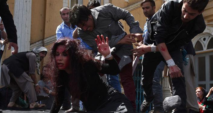 Des acteurs jouent une scène de lynchage d'une irakienne qui a été brûlée et jetée dans une rivière à Kaboul