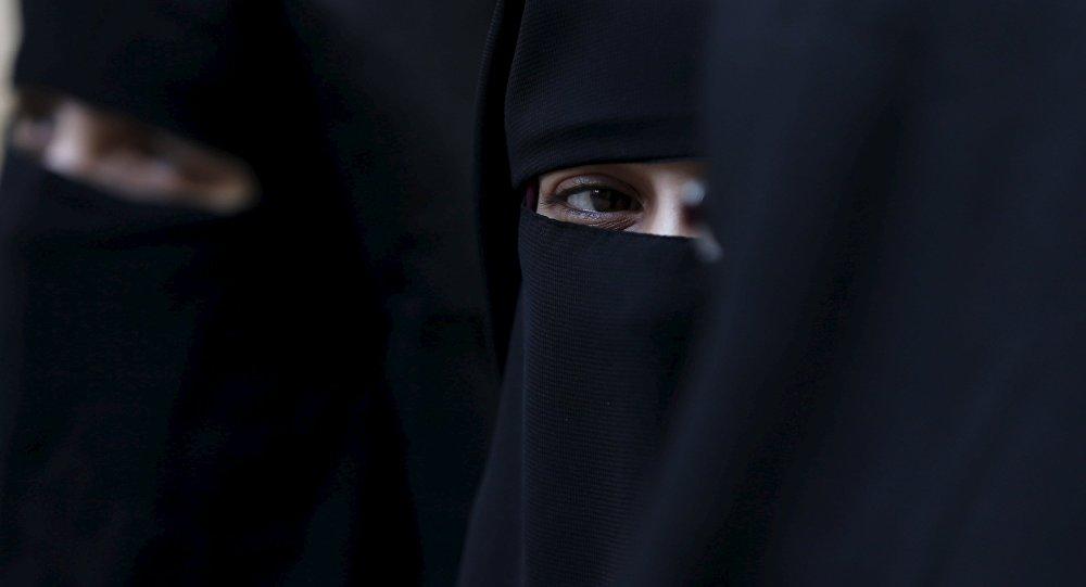 Des femmes en niqab