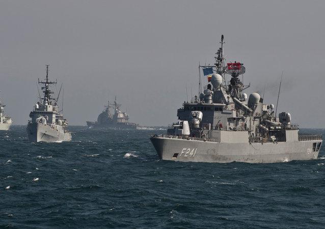 Des navires de guerre de l'OTAN à un exercice militaire en mer Noire
