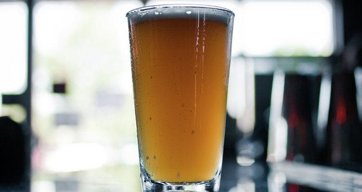 Une pinte de bière blonde