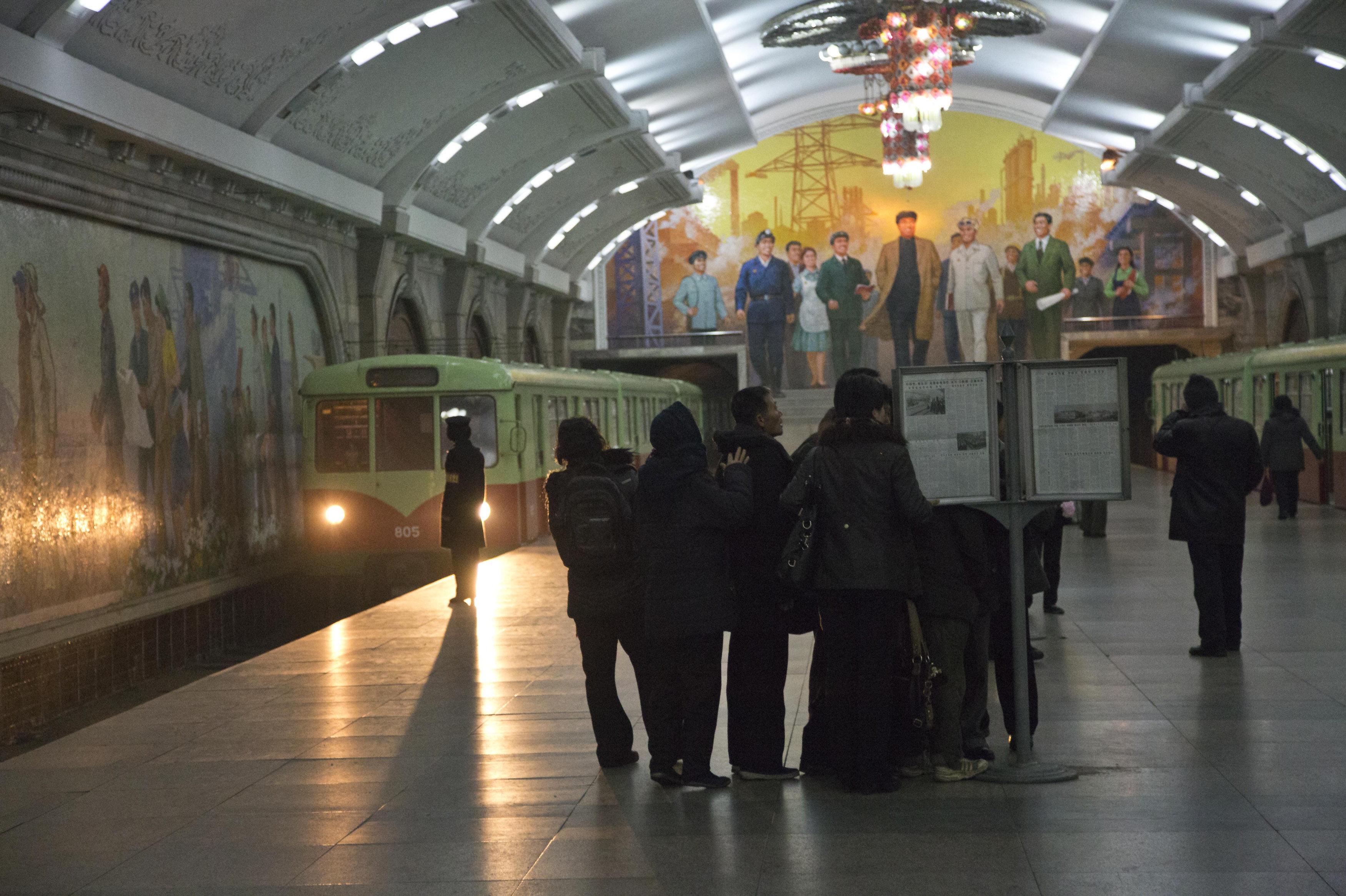 Les passagers du métro de Pyongyang