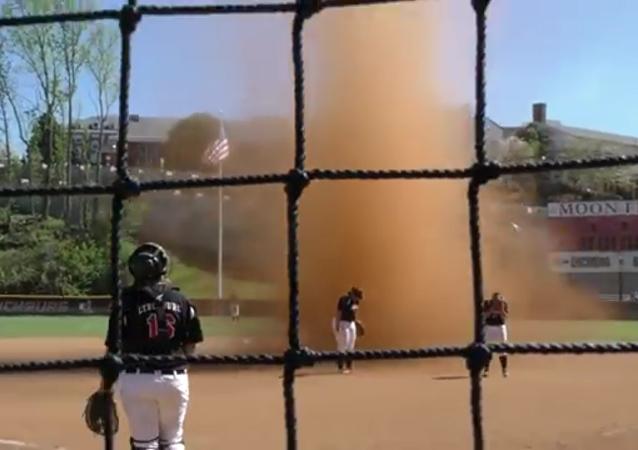 Une puissante tornade de sable a fait stopper cette partie de softball.