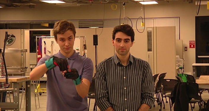 Des gants connectés pour donner la parole aux sourds-muets