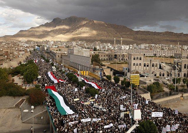 Une marche de protestation contre le raid saoudien à Sanaa