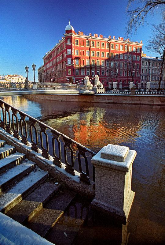 Les ponts de Saint-Pétersbourg ne sont pas seulement des constructions qui servent à traverser la rivière, plusieurs d'entre eux ont été témoins d'événements historiques, de révolutions et de guerres.