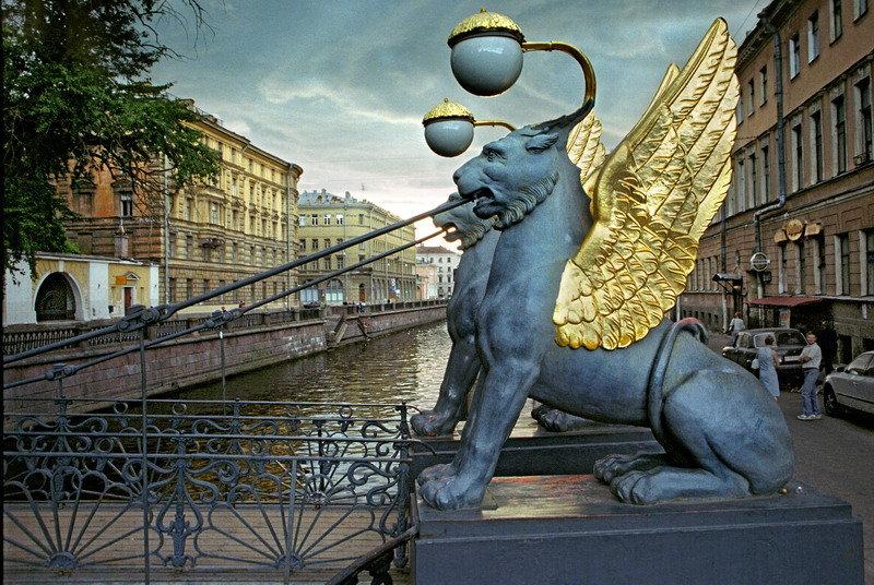 Il y a plusieurs sculptures de lions qui décorent la ville.