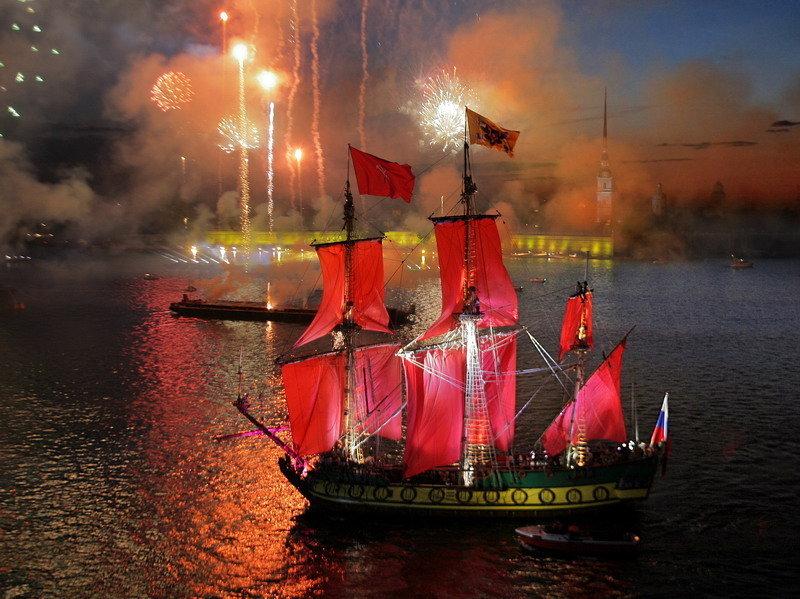 La célébration met en scène des grands feux d'artifice, divers concerts et ballets ainsi que l'orchestre symphonique de la ville et des animations sur la Neva.