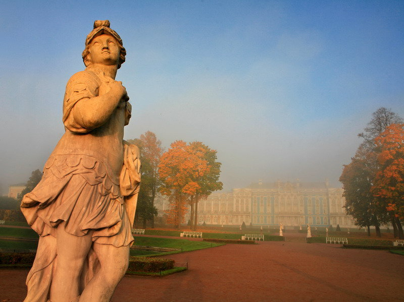 Peterhof. C'est une municipalité du district de Petrodvorets de l'agglomération de la ville connue pour sa série de palais et de jardins pittoresques, construits sur ordre de l'empereur de Russie Pierre le Grand dans les années 1720.