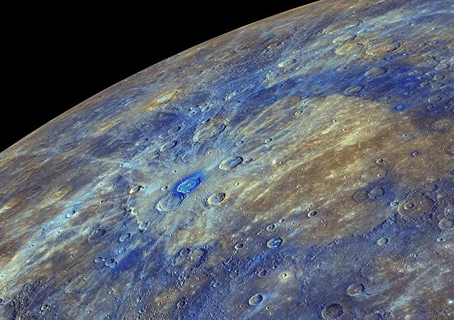 Une image couleur améliorée du Mercure, mettant en évidence le matériau riche en carbone associée à des cratères des asteroïdes
